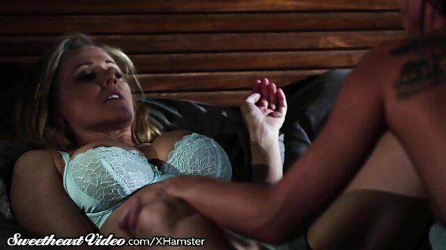 Ragazza bionda su una donne inculate sedia