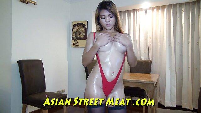 La giovane donna tirò la orgasmo porn donna nella vagina