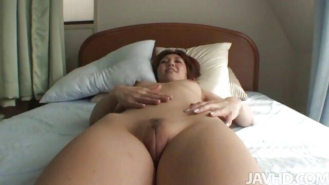 Giovane donna con i capelli biondi, latex sex tube danza sul cazzo